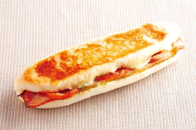 バジル香るベーコン&トマトパニーニ 270円 【小麦・乳・卵】